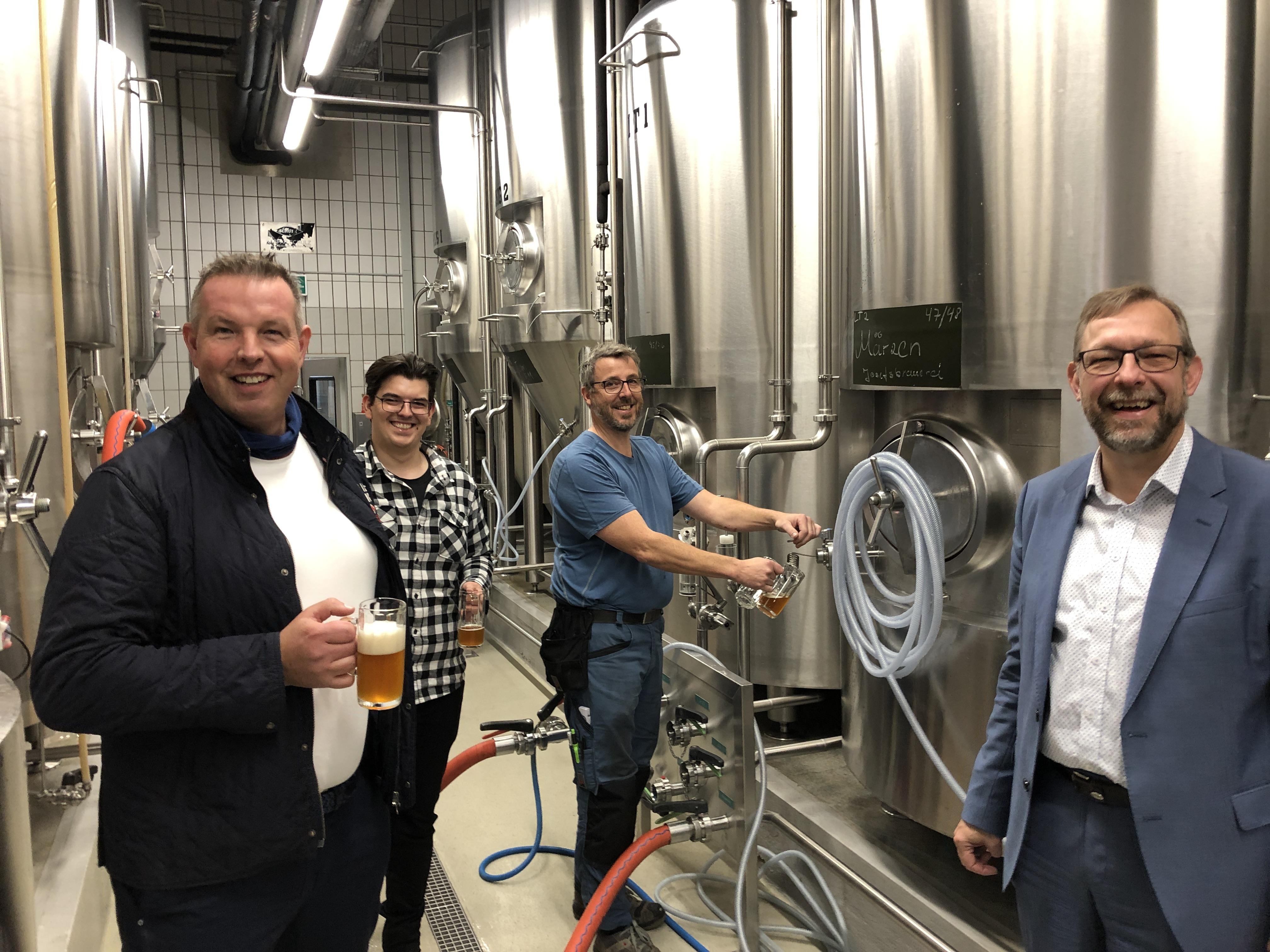 von links: Ralf Eckel, Nils Gütthof (JOSEFS-Braumeister) sowie Guido Hentze, neue Mitinhaber der JOSEFS-Brauerei und Gerhard Freund, Geschäftsführer des Josefsheim Bigge stoßen mit einem frischen Märzen auf die Zusammenarbeit an.